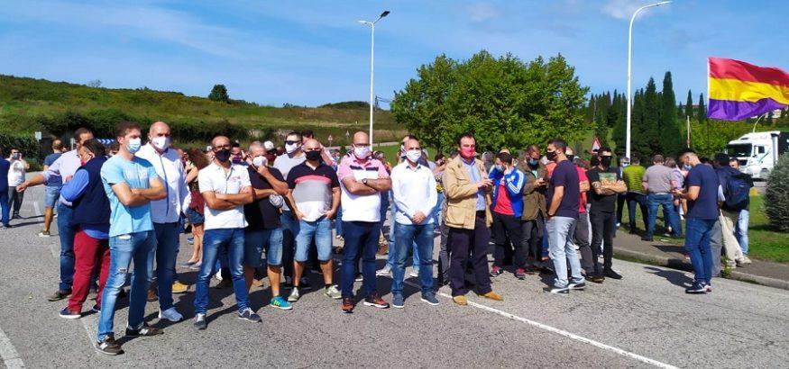 Concentración de trabajadores de Alu Ibérica Avilés contra la persecución sindical de Riesgo
