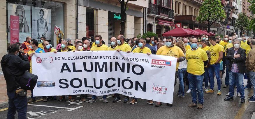 Los trabajadores de Alu Ibérica Avilés piden la retirada de los expedientes