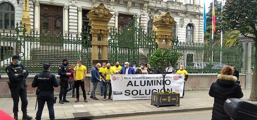 USO-Asturias participa en la concentración a favor de la intervención de Alu Ibérica