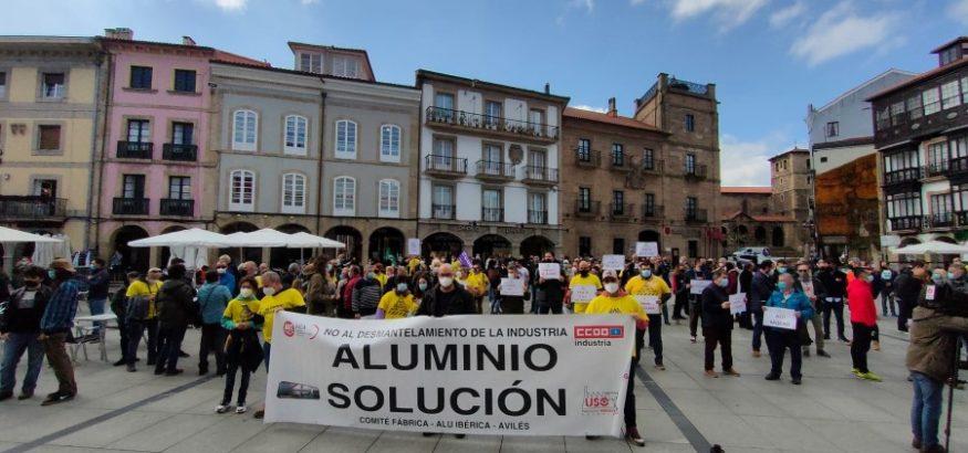 USO, con los trabajadores de Alu Ibérica en la concentración de Avilés